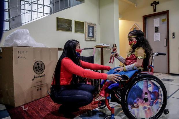 Após arrecadar valor em vaquinha online, menina recebe cadeira de rodas nova Marco Favero/Agencia RBS