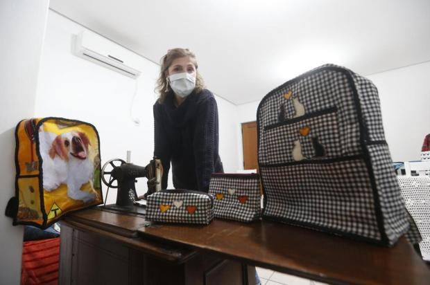 Professora reaproveita sacos de ração e faz ecobags, estojos e mochilas para doar em Santa Cruz do Sul Lauro Alves/Agencia RBS