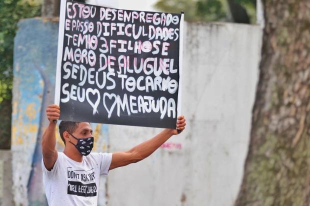 Vidros fechados: as histórias de quem pede ajuda em cartazes nos semáforos de Porto Alegre Lauro Alves/Agencia RBS