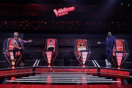 """Garotada de casa, Simone no telão e óculos ousado: saiba como foi o retorno do """"The Voice Kids"""" (Victor Pollak/Globo / Divulgação)"""