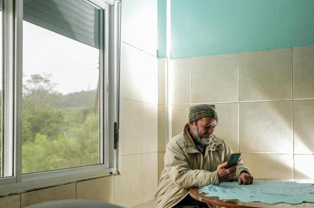 Projeto incentiva estudantes a conversarem com idosos que vivem sozinhos em lares de Porto Alegre Marco Favero/Agencia RBS