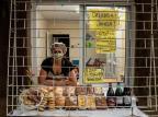 Empreendedora dribla a crise vendendo pães e bolos na janela do seu apartamento Marco Favero/Agencia RBS
