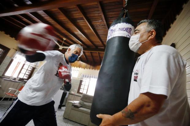 Idosos passam a usar a tecnologia para continuar treinando boxe durante a pandemia Lauro Alves/Agencia RBS