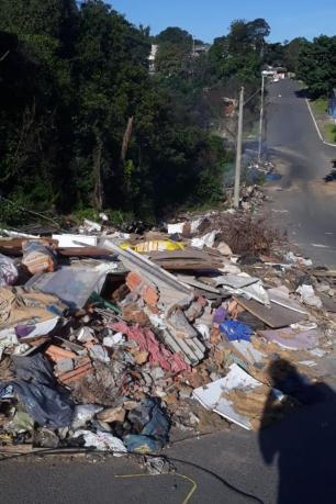 Lixo espalhado em avenida de Alvorada prejudica fluxo de veículos e incomoda moradores Arquivo Pessoal/Arquivo Pessoal