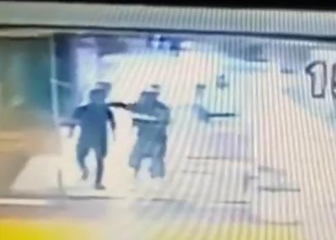 Câmera mostra soco de João Alberto em segurança antes de ser espancado até a morte Reprodução / Cameras de segurança/Cameras de segurança