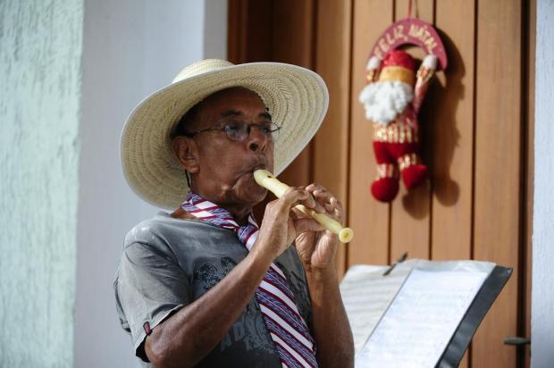 Há 40 anos, aposentado toca músicas natalinas para vizinhos no Vale do Sinos Ronaldo Bernardi/Agencia RBS