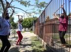 Iniciativa promove atividades no portão da casa de idosos, em Esteio André Ávila/Agencia RBS