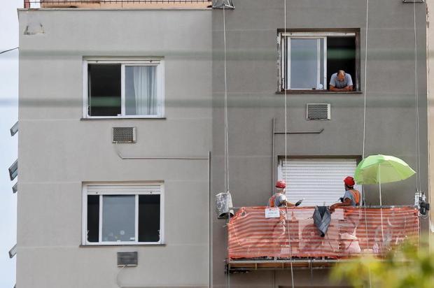 Com temperatura de 32ºC e sol forte, pintores improvisam guarda-sol em andaime de obra de prédio de Porto Alegre Lauro Alves/Agencia RBS