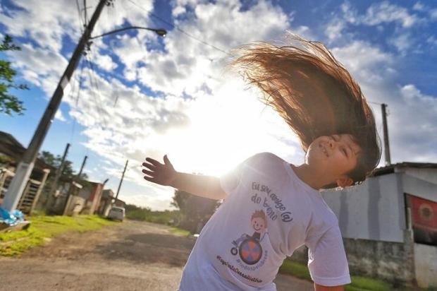 Menino de sete anos que nunca cortou o cabelo vai vender mechas para ajudar criança com paralisia cerebral Lauro Alves / Agencia RBS/Agencia RBS