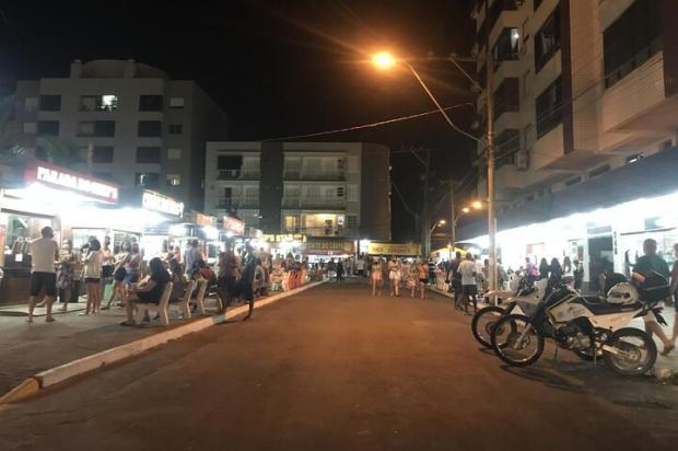 Fiscalização, vaias e aplausos: a primeira noite no Litoral Norte com fechamento de estabelecimentos após as 22h Eduardo Matos / Agencia RBS/Agencia RBS