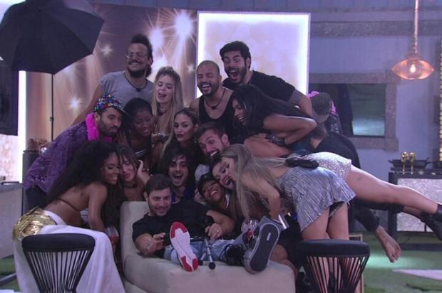 """""""BBB 21"""": brothers são surpreendidos com festa do líder e emparedados abrem o jogo com Tiago Leifert Globo / Divulgação/Divulgação"""