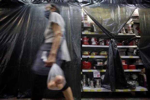 Lonas, fitas e alguns desaforos: como foi a primeira manhã sem venda de produtos não essenciais nos supermercados Mateus Bruxel / Agencia RBS/Agencia RBS