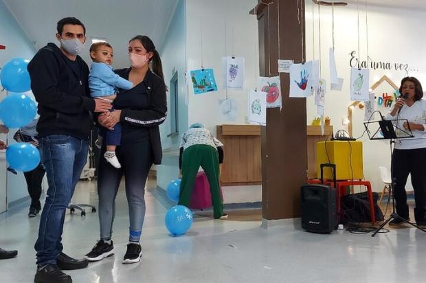 """""""Quero mantê-lo no meu colo o tempo todo"""", diz mãe de bebê que sobreviveu a ataque a escola em Saudades Alcebíades Santos / HC/Divulgação/HC/Divulgação"""
