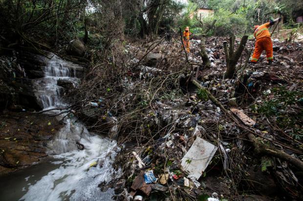 No Morro da Cruz, moradores se mobilizam para transformar lixão em praça Jefferson Botega / Agencia RBS/Agencia RBS