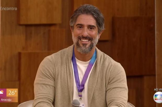 Após brincar com Tony Ramos, Marcos Mion recebe saco de pelos de presente TV Globo / Reprodução/Reprodução