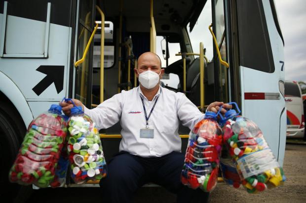 Motorista de ônibus junta tampinhas, vende e as transforma em recursos para distribuir doações Félix Zucco / Agencia RBS/Agencia RBS