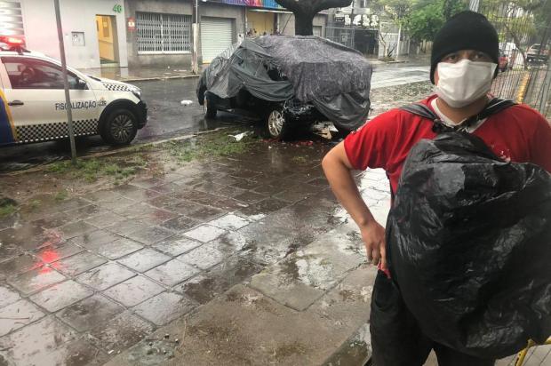 Carro que servia de moradia para homem é atingido por veículo e bate em árvore no bairro Floresta Tiago Bitencour / Agencia RBS/Agencia RBS