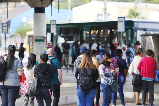 Com redução de ônibus devido a protesto, passageiros da Carris enfrentam atrasos nesta quinta-feira Lauro Alves / Agencia RBS/Agencia RBS