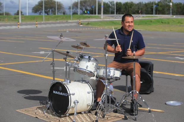 VÍDEO: para tocar bateria sem incomodar, estacionamento vira estúdio e ensaio se torna show ao ar livre Ronaldo Bernardi / Agencia RBS/Agencia RBS