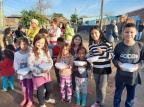 Casal de voluntários lança campanha para conseguir leite e bolachas a crianças de Alvorada Peregrinos Revolucionários / Reprodução/Reprodução