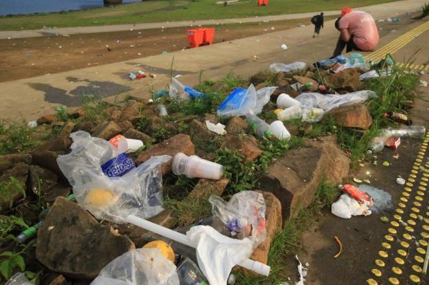 Após fim de semana de calor, trecho da orla do Guaíba amanhece tomado por lixo nesta segunda-feira Ronaldo Bernardi / Agencia RBS/Agencia RBS