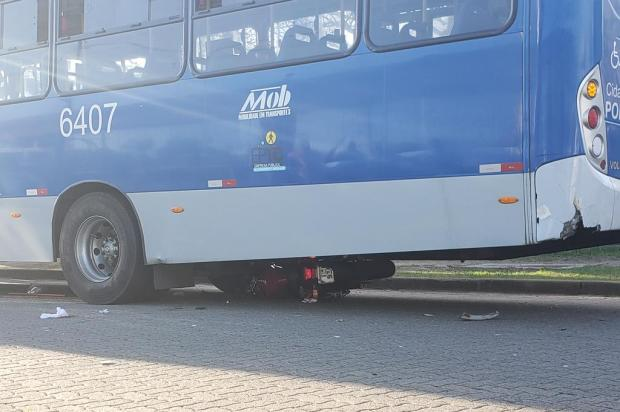 Motociclista e caroneiro vão parar embaixo de ônibus após moto bater na traseira do coletivo Eduardo Paganella / Agencia RBS/Agencia RBS