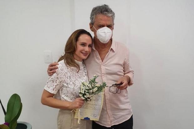Chico Buarque e Carol Proner se casam em cartório do Rio de Janeiro Reprodução / Instagram @cartoriodeitaipava/Instagram @cartoriodeitaipava