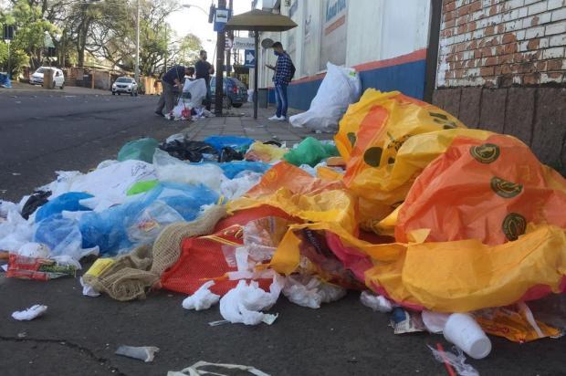 Lixo toma conta de calçada na Avenida Voluntários da Pátria, em Porto Alegre Ronaldo Bernardi / Agencia RBS/Agencia RBS
