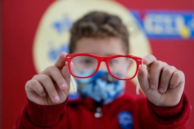 Crianças escolhem armações de óculos fornecidos por iniciativa da Capital André Ávila / Agencia RBS/Agencia RBS