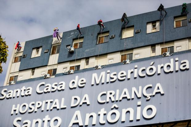 Super-heróis animam pacientes do Hospital da Criança Santo Antônio com descida de rapel Mateus Bruxel / Agência RBS/Agência RBS