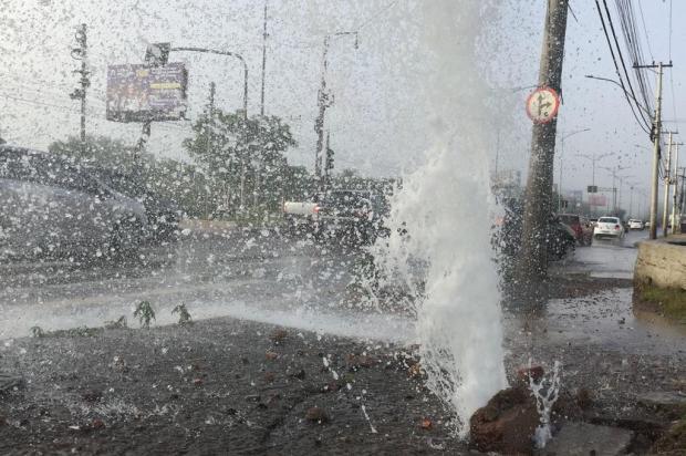 Adutora rompe na Avenida Flores da Cunha e deixa bairros de Cachoeirinha e Gravataí sem água Ronaldo Bernardi / Agencia RBS/Agencia RBS