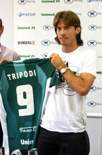Trípodi chega ao Metrô e vira o dono da camisa 9 Rafaela Martins  ce98406cdf11d